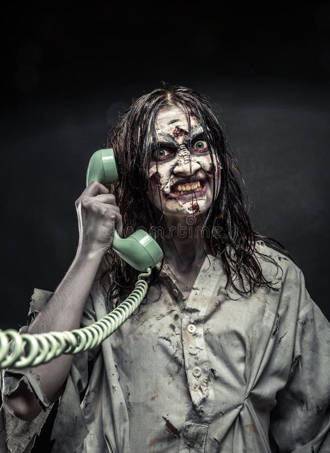 Ragazza dello zombie di orrore che chiama dal telefono fotografie stock