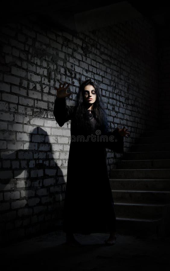 Ragazza dello zombie in vecchia casa immagine stock libera da diritti