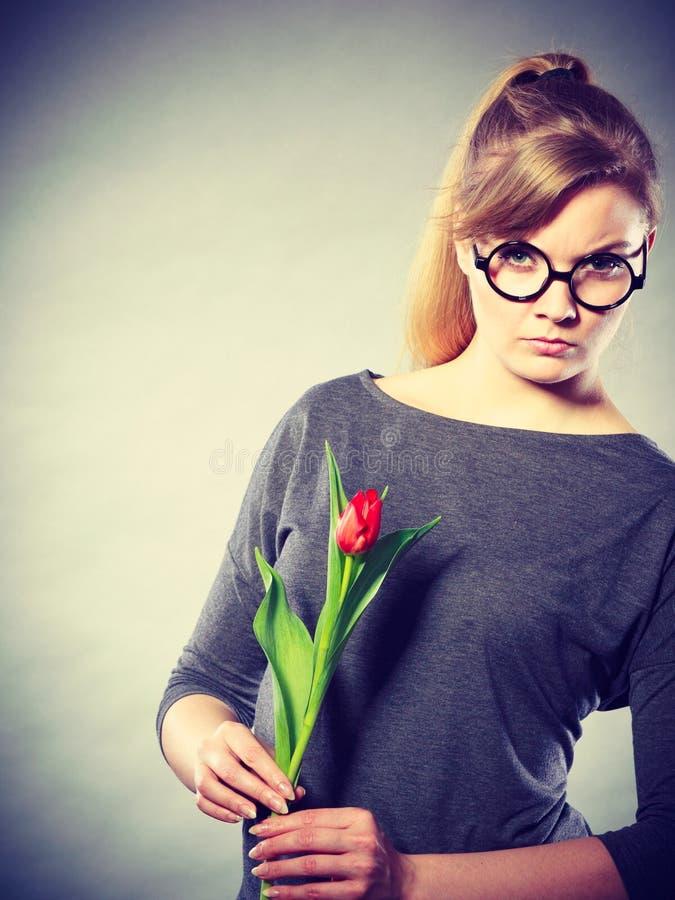 Ragazza deludente di ribaltamento con il singolo tulipano fotografie stock libere da diritti