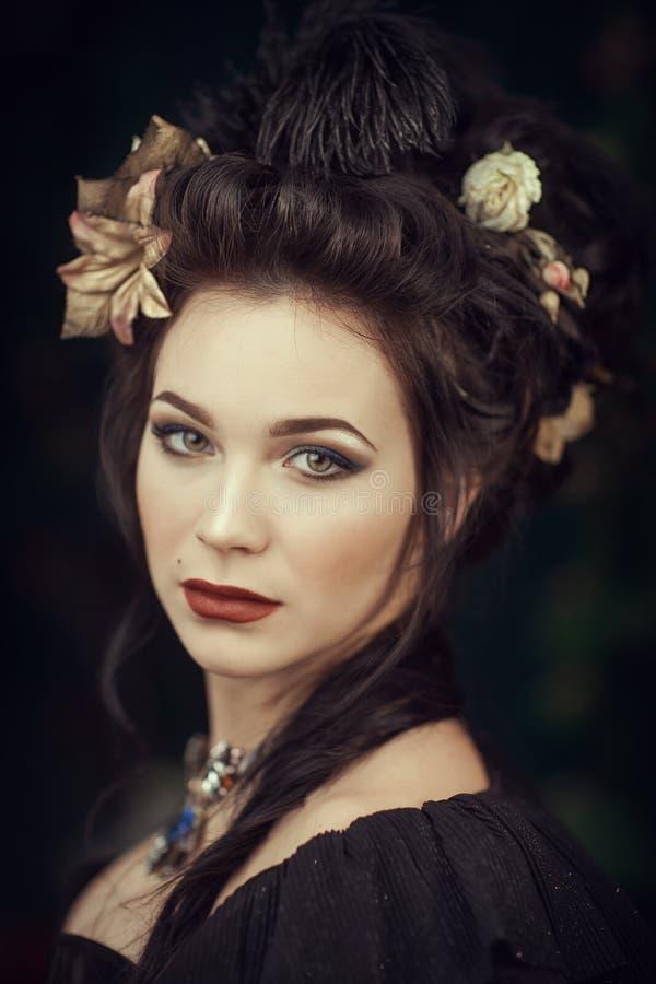 Ragazza dentro con i fiori in suoi capelli fotografia stock libera da diritti
