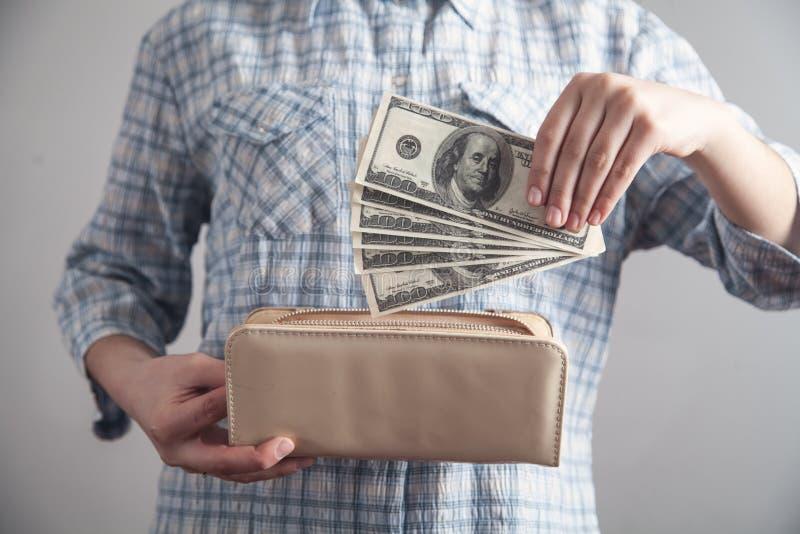 Ragazza di affari che mostra soldi con il portafoglio fotografia stock
