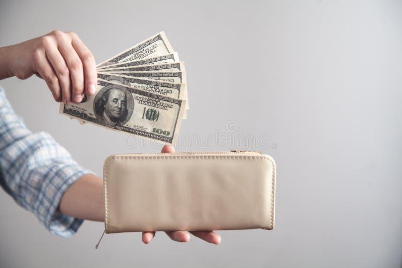Ragazza di affari che mostra soldi con il portafoglio fotografie stock libere da diritti