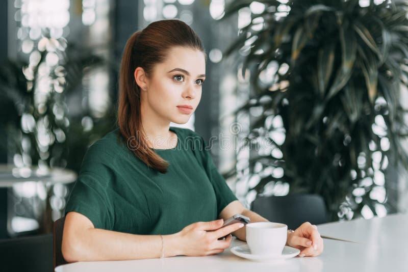Ragazza di affari con caffè fotografia stock libera da diritti