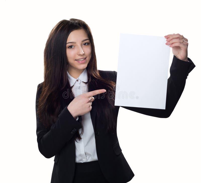 Ragazza di affari con carta vuota isolata su fondo bianco fotografia stock libera da diritti