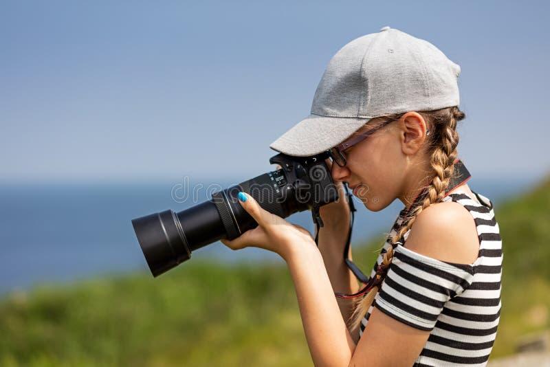 Ragazza di 12 anni che prende le immagini in un bello scenico delle scogliere irlandesi immagini stock libere da diritti