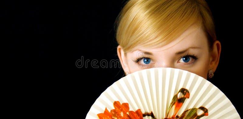 Ragazza di bellezza con il ventilatore immagini stock libere da diritti