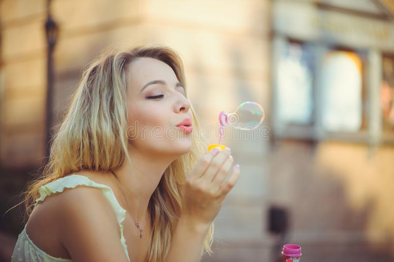 Ragazza di bellezza con la risata variopinta delle bolle di sapone Bella giovane donna felice un giorno luminoso soleggiato Il mo fotografie stock