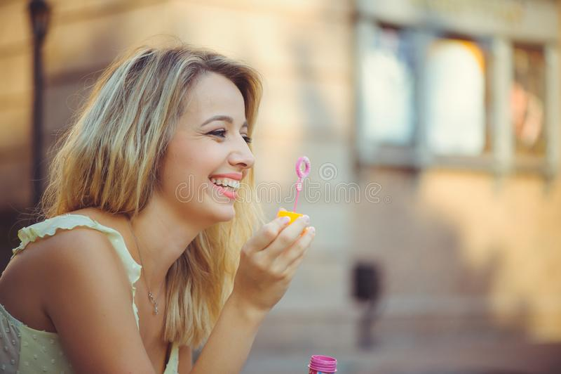 Ragazza di bellezza con la risata variopinta delle bolle di sapone Bella giovane donna felice un giorno luminoso soleggiato Il mo immagine stock
