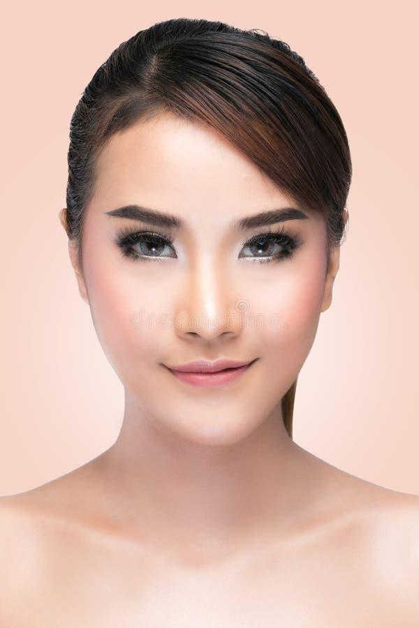 Ragazza di bellezza Ritratto di bella giovane donna che esamina macchina fotografica fotografia stock