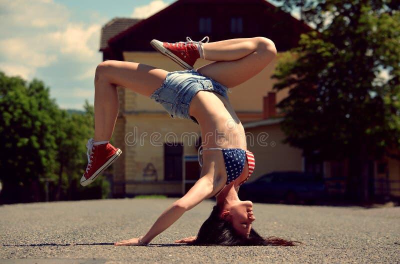 Ragazza di breakdance sulla via fotografie stock libere da diritti