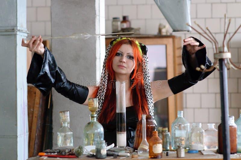 Ragazza di chimica fotografia stock libera da diritti