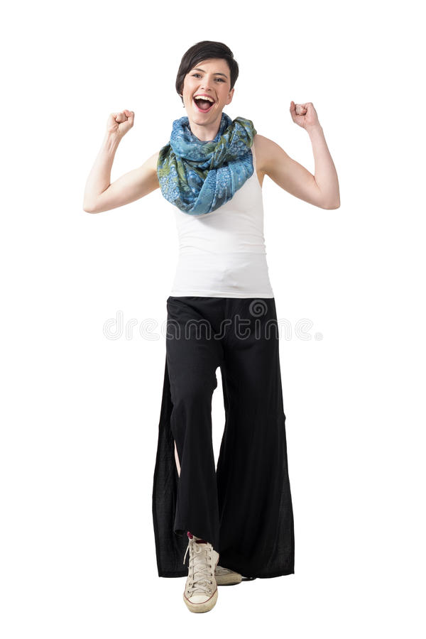 Ragazza di conquista emozionante che porta i pantaloni sciolti e scialle variopinto con i pugni chiusi immagini stock