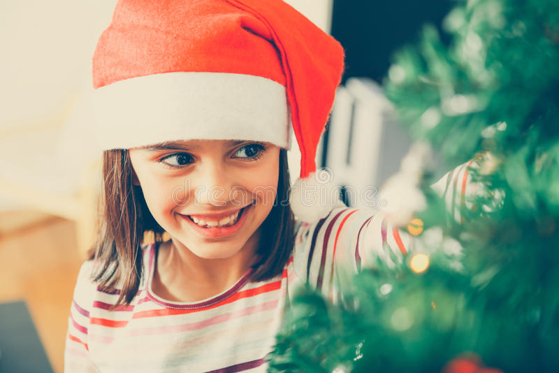 Ragazza di Cutte che decora l'albero di Natale fotografia stock libera da diritti