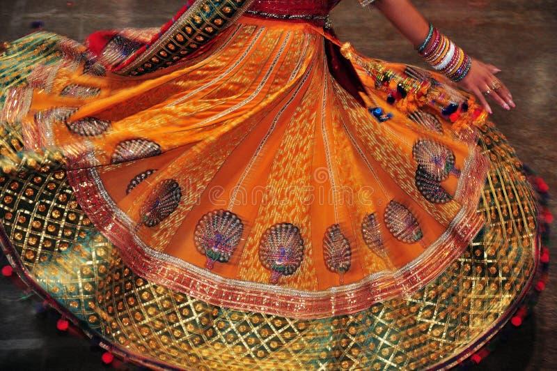 Ragazza di dancing nell'azione, estratto del costume variopinto con effetto di moto immagini stock