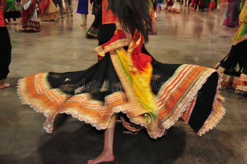 Ragazza di dancing nell'azione, estratto del costume variopinto con effetto di moto fotografie stock libere da diritti
