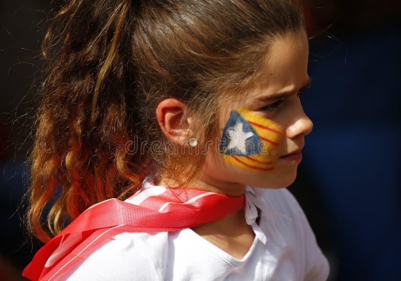 Ragazza di diada della Catalogna con la bandiera dipinta di Estelada immagine stock libera da diritti