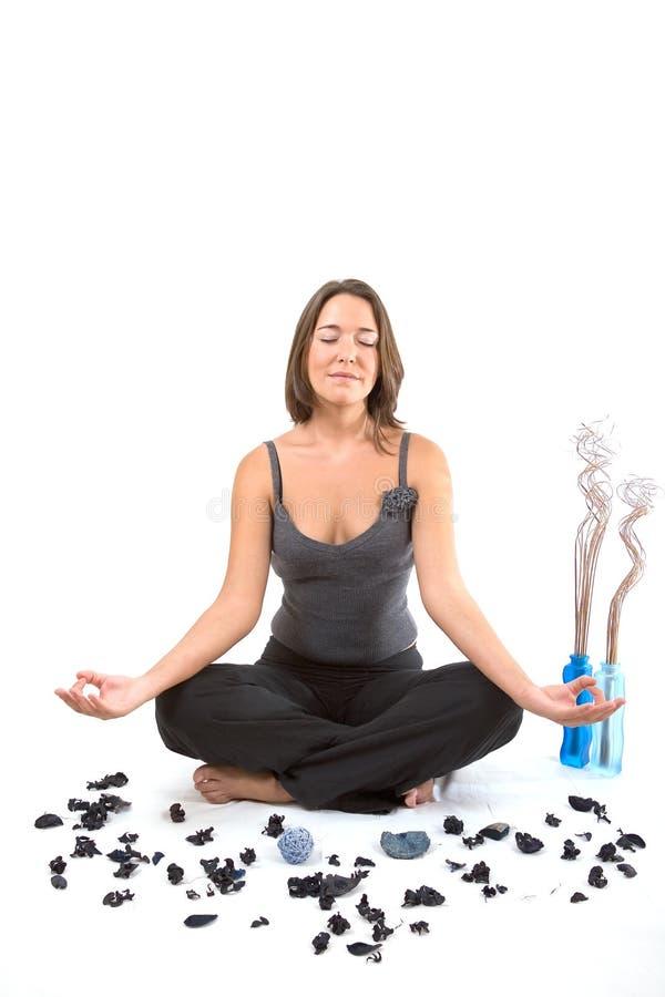 Ragazza di distensione nella posizione di yoga immagine stock