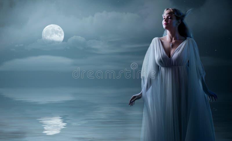 Ragazza di Elven alla riva di mare fotografie stock