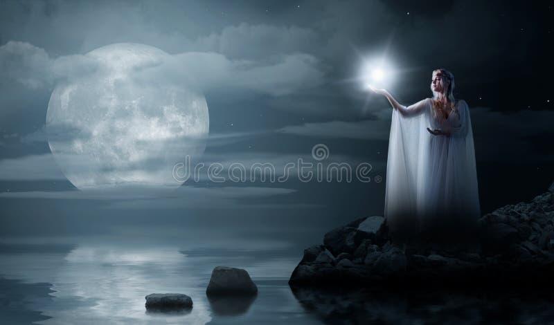 Ragazza di Elven con la stella isolata sulla costa di mare immagine stock