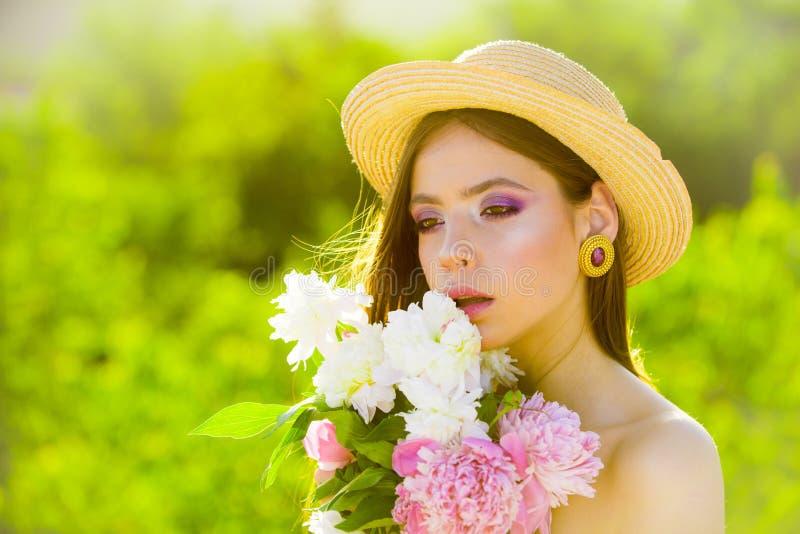 Ragazza di estate con capelli lunghi fronte e skincare viaggio di estate Donna della sorgente Primavera e vacanza Bellezza natura fotografia stock libera da diritti