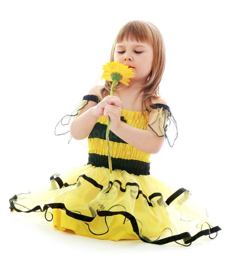 Ragazza di estate gialla del vestito immagine stock