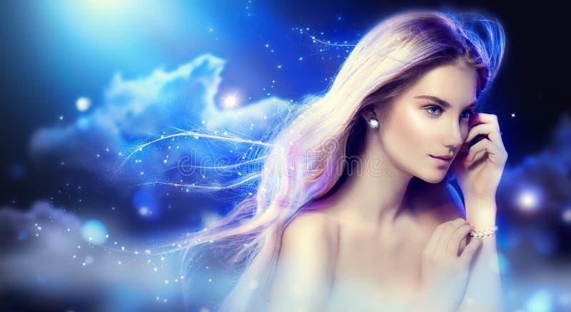 Ragazza di fantasia di bellezza sopra cielo notturno immagini stock libere da diritti