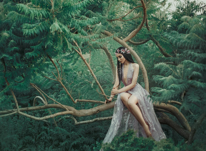 Ragazza di fantasia in un giardino leggiadramente fotografia stock