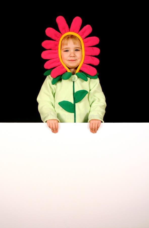 Ragazza di fiore con il segno in bianco fotografia stock libera da diritti