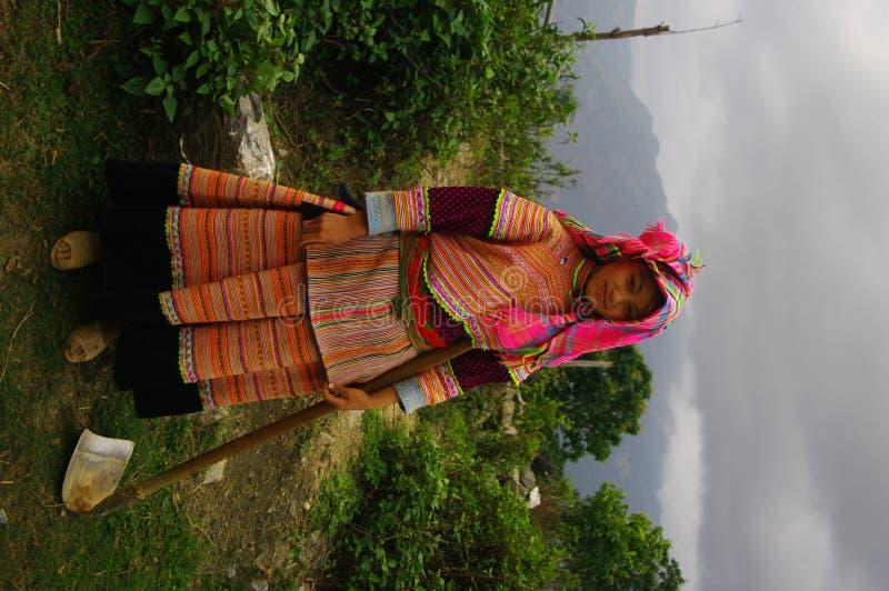 Ragazza di fiore di Hmong che ritorna dai campi immagine stock libera da diritti