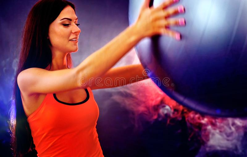 Ragazza di forma fisica che si esercita nella palestra con fitball fotografie stock libere da diritti