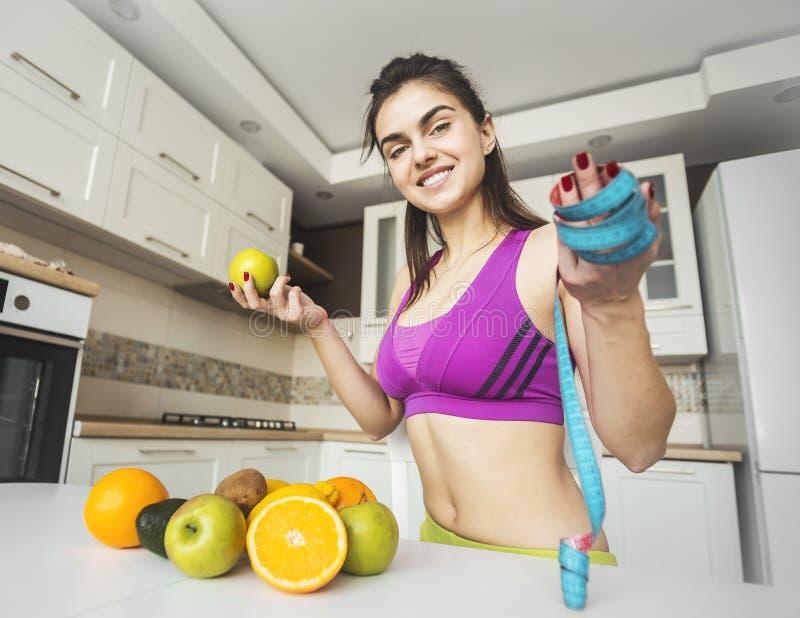 Ragazza di forma fisica sulla cucina fotografie stock libere da diritti