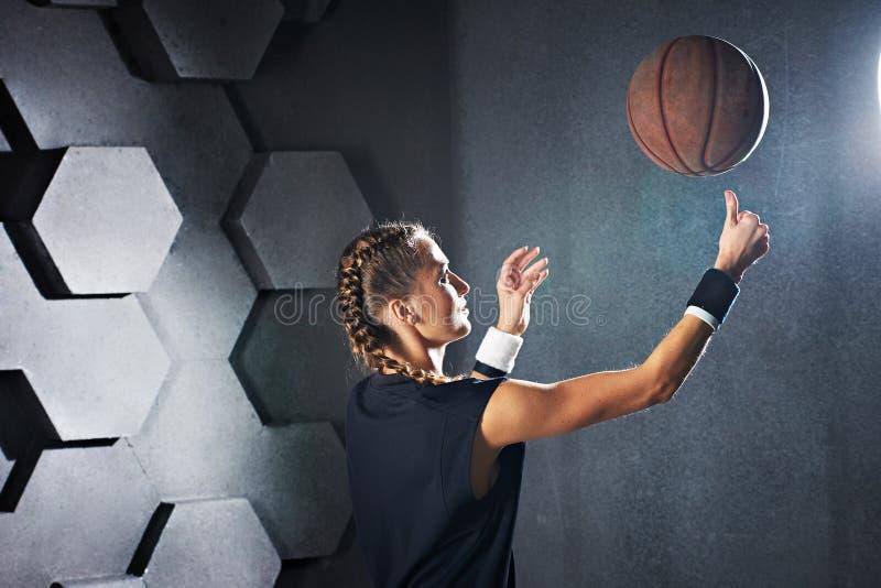 Ragazza di gioco attiva con una pallacanestro fotografie stock