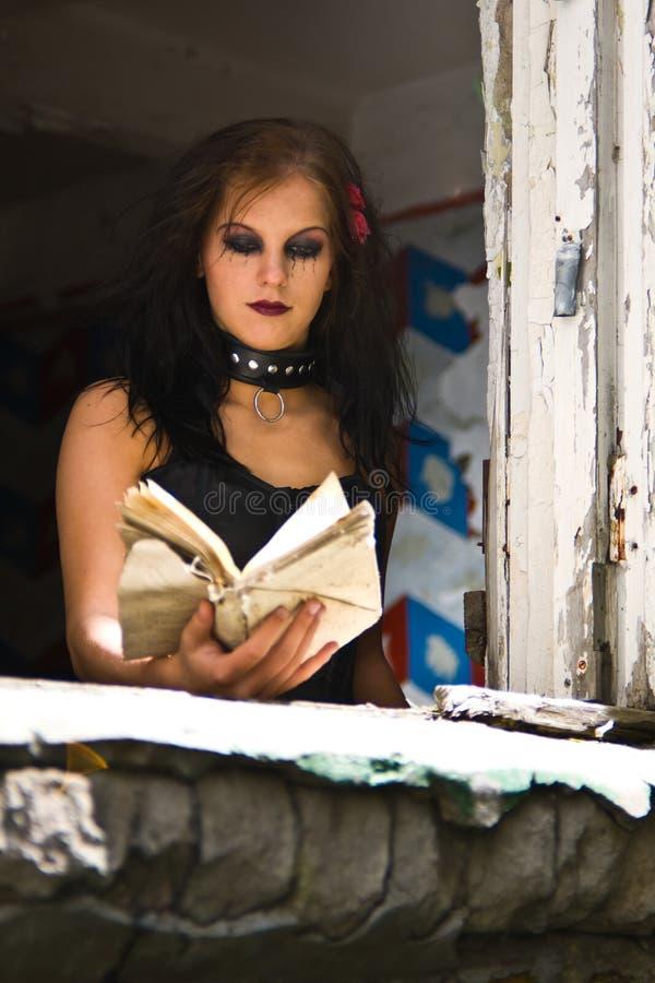 Ragazza di Goth che legge un libro immagine stock libera da diritti