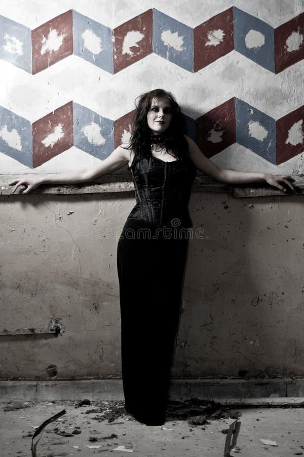 Ragazza di Goth contro la parete verniciata fotografie stock libere da diritti