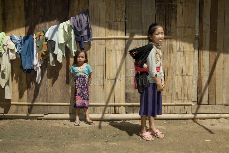 Ragazza di Hmong con il fratello, Laos immagine stock