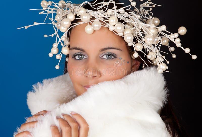 Ragazza di inverno con il diadema della perla fotografia stock