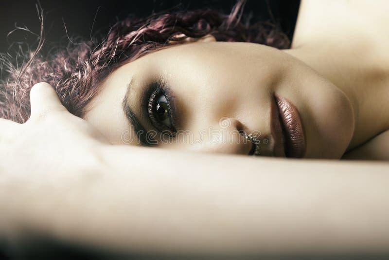 Ragazza di menzogne del mezzo ritratto Giovane trucco di modello della donna fotografie stock