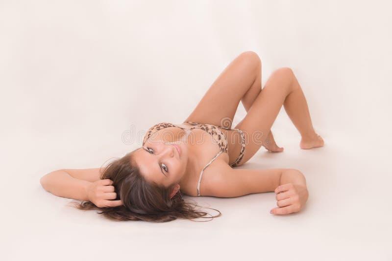 Ragazza di menzogne in un bikini fotografia stock