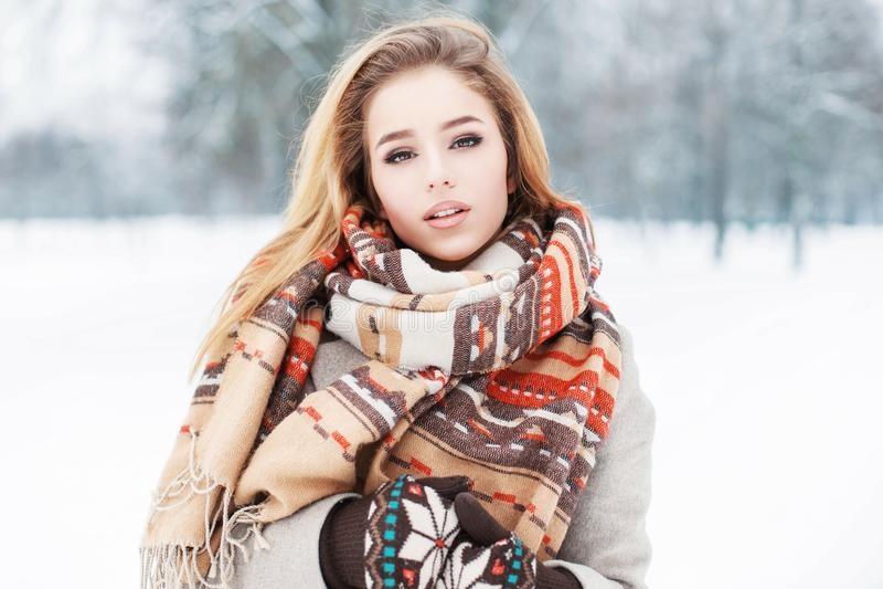 Ragazza di modello alla moda in vestiti alla moda con una condizione della sciarpa immagini stock libere da diritti