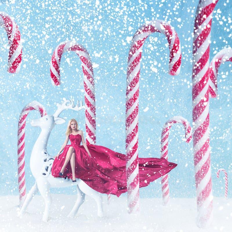 Ragazza di modo con i bastoncini di zucchero di Natale immagine stock