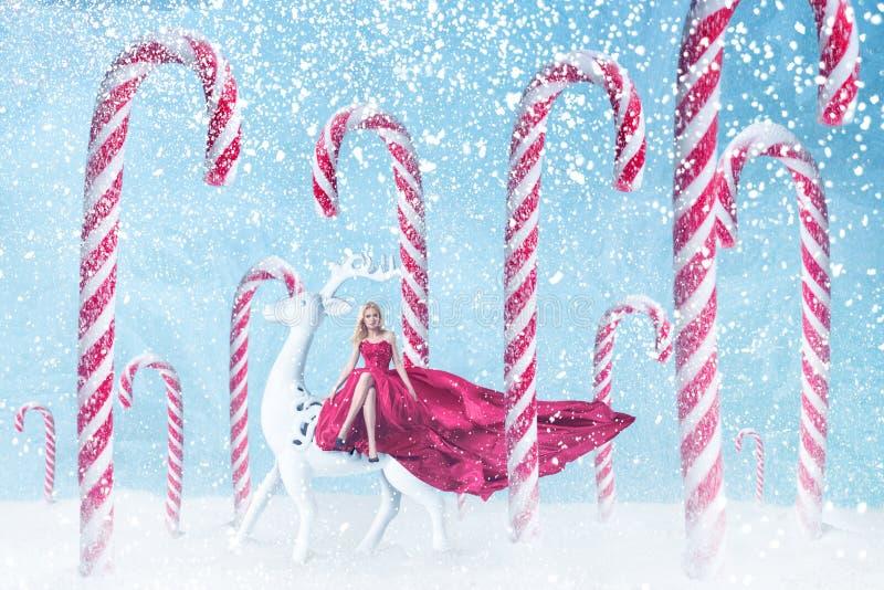 Ragazza di modo con i bastoncini di zucchero di Natale immagini stock libere da diritti