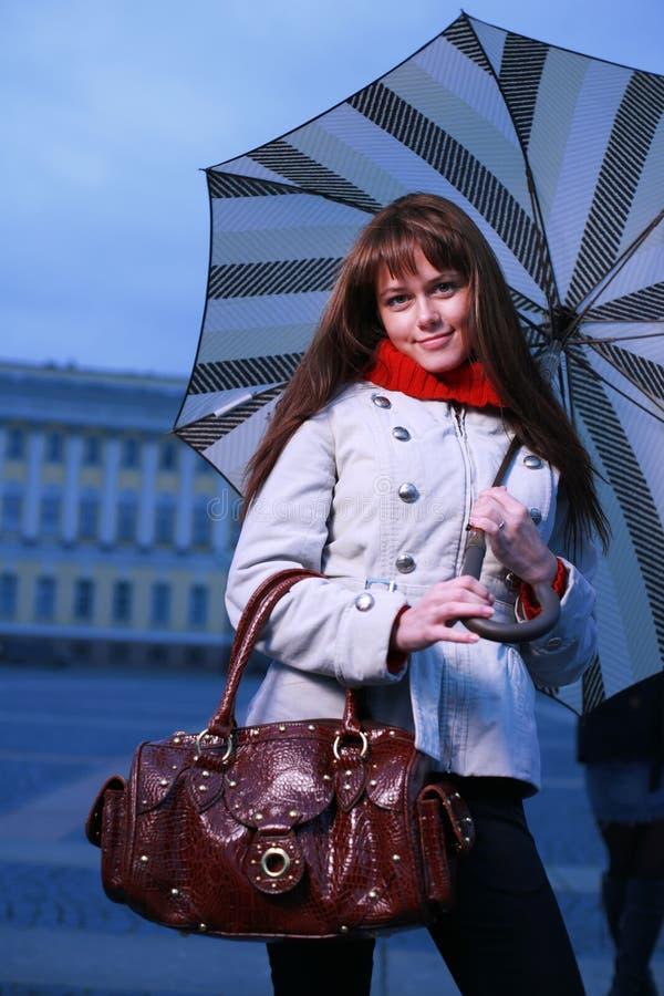 Ragazza di modo con l'ombrello fotografie stock libere da diritti
