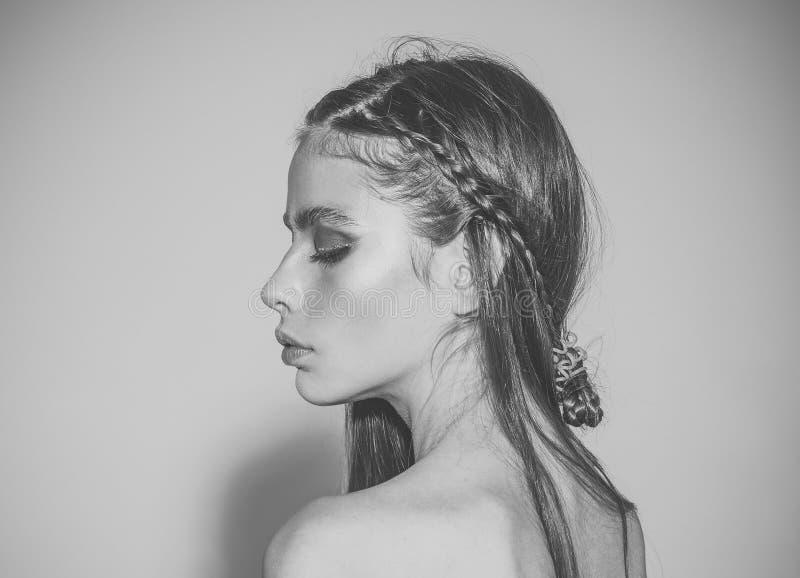 Ragazza di modo e di bellezza Salone di bellezza per trucco e l'acconciatura femminili fotografia stock libera da diritti