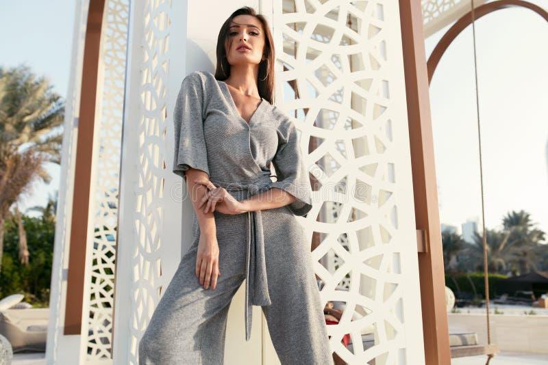 Ragazza di modo Posa di modello alla moda di In Fashion Clothes immagini stock