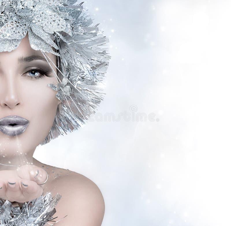 Ragazza di Natale di bellezza che invia un bacio fotografie stock