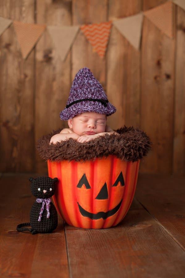 Ragazza di neonato addormentata che porta un costume della strega fotografia stock libera da diritti