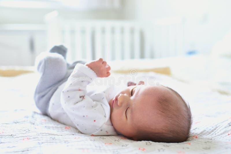 Ragazza di neonato a casa immagini stock libere da diritti