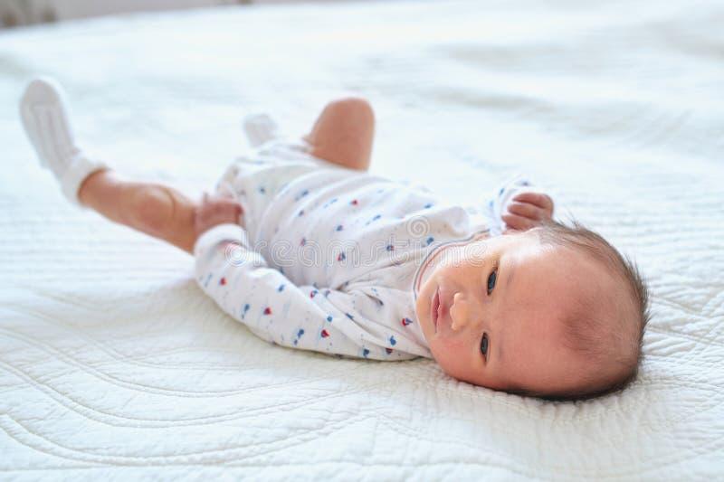 Ragazza di neonato a casa fotografie stock libere da diritti