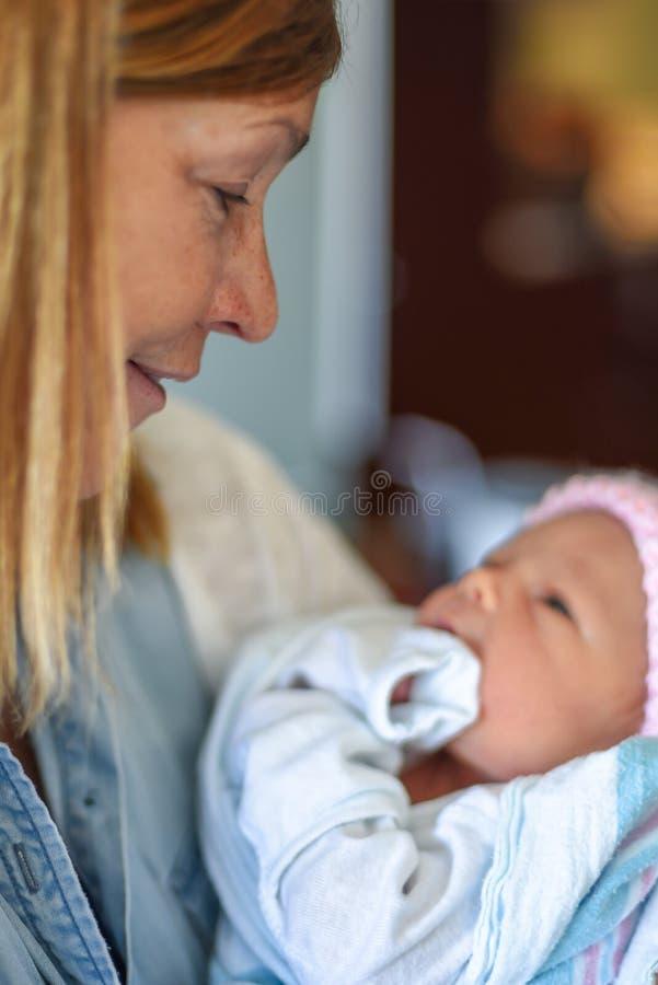 Ragazza di neonato della tenuta in ospedale immagine stock libera da diritti