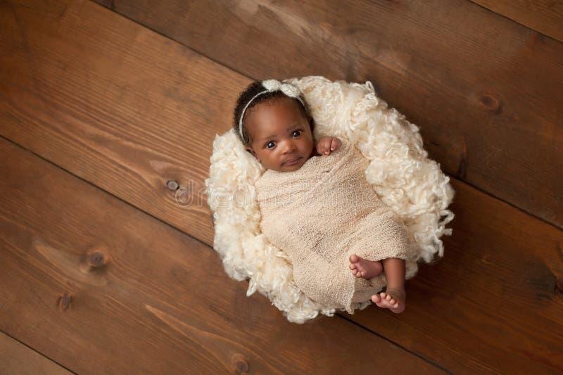 Ragazza di neonato fasciata fotografie stock
